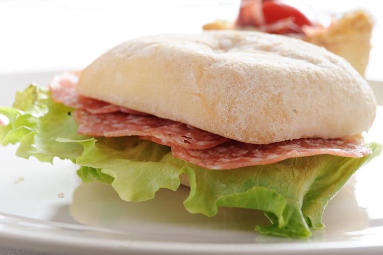 【生ハムやオリーブオイルに最適!】ミニチャパタ・4種8個のパンの盛り合わせ(プレーン・オリーブ・ハーブ・サンドライトマト4種各2個)の画像