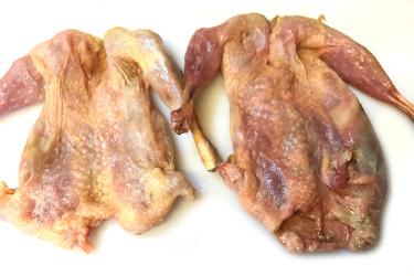 1パックに、ウズラ2羽とガラ(骨)が入っています。