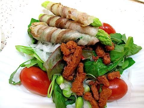イベリコ豚のパンセタとソブラサーダのサラダ