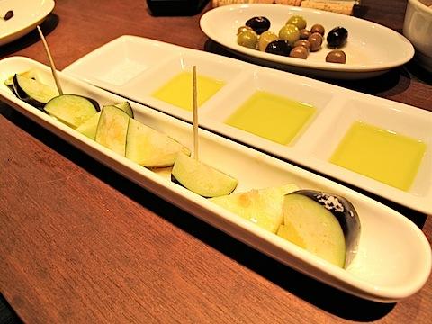 生茄子に塩とオリーブオイル